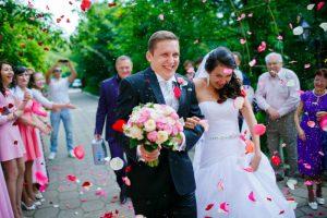 Как найти ведущего на свадьбу, встреча молодожёнов, осыпание молодых.
