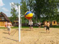 Волейбол с гигантским мячом на летнем корпоративе