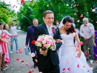 Встреча и осыпание молодожёнов на свадьбе
