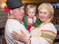 Русская семья на празднике