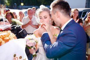 Встреча молодожёнов с караваем на свадьбе - это давняя добрая традиция.