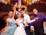 Друг жениха с подвязкой невесты