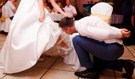 Обряд снятия и бросания подвязки невесты