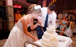 Первый кусочек свадебного торта