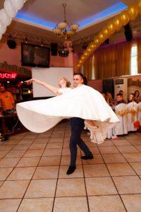 Первый танец молодожёнов - это хорошая традиция и возможность гостям полюбоваться молодожёнами.