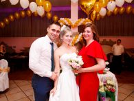Подружка с букетом невесты