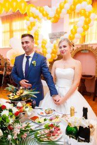 Поздравление молодожёнов, вручение подарков на свадьбе во время застолья.