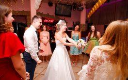 Прощание невесты с букетом