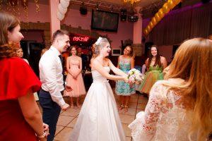Прощание невесты с букетом - традиционное действие на свадьбе.