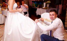 Снятие подвязки невесты