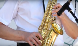 саксофонист играет на саксофоне