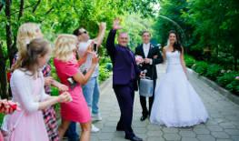 Встреча молодожёнов на свадьбе
