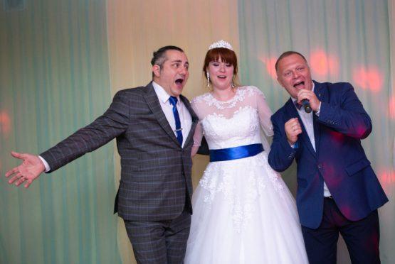 Ведущий поёт на свадьбе вместе с молодожёнами