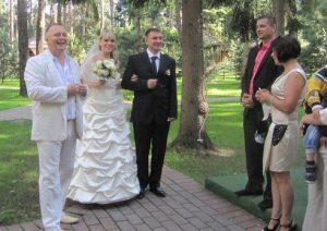Тамада встречает молодых супругов на свадьбе